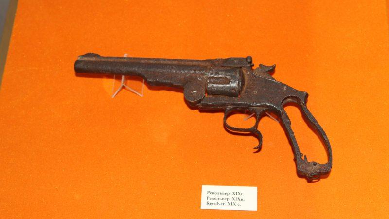 Көненің көзіндей револьвер