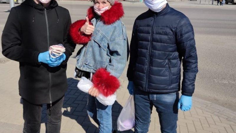 Қарағандылық жастар автобус жүргізушілеріне маска таратты
