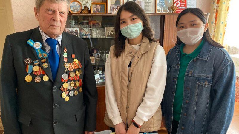Қарағандылық еріктілер Ұлы Отан соғысы ардагерлерін құттықтады