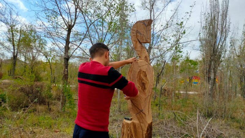 Балқаштың орталық саябағында қураған ағаштар өнер туындыларына айналады
